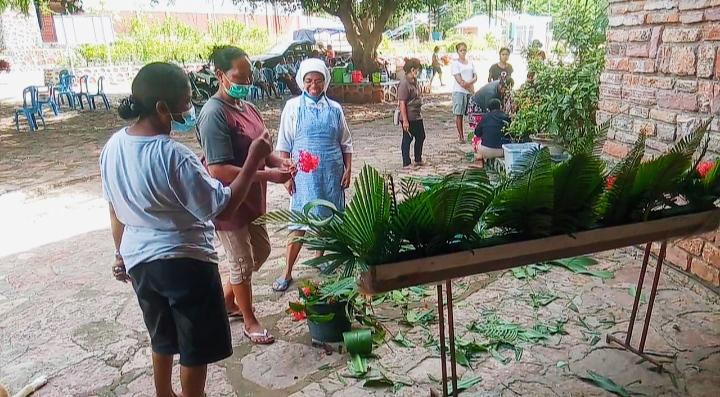 Ibu-ibu sedang bekerja mempersiapkan perayaan misa